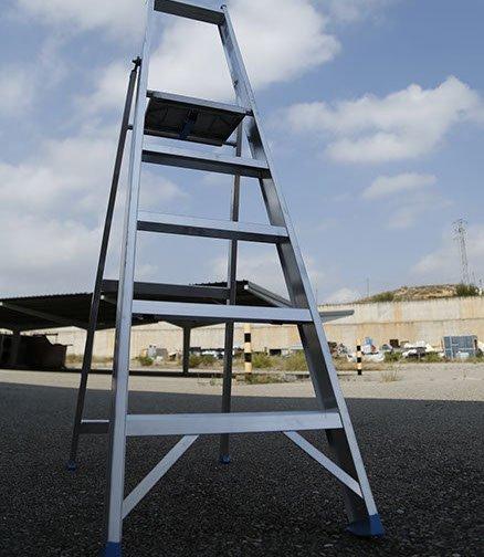 Escalera con apoyo de seguridad domus for Normas de seguridad para escaleras fijas